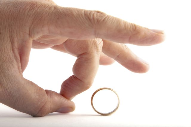 Divorce-Kiss-Ring-Goodbye