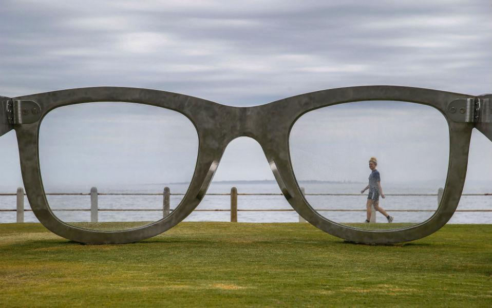 Το τεράστιο ζευγάρι ατσάλινα γυαλιά που στήθηκε στην παραλία του Cape Town με θέα το Robben Island που ήταν φυλακισμένος ο Νelson Mandela για 27α ολόκληρα χρόνια, είναι το γλυπτό «Perceiving Freedom ». Το έργο είναι αφιερωμένο στα 20 χρόνια δημοκρατίας στη χώρα και είναι δημιούργημα του Νοτιοαφρικανού καλλιτέχνη Michael Elion. Το γλυπτό αντιμετωπίστηκε τόσο με ενθουσιασμό όσο και με σκεπτικισμό και κάποια σχόλια, αφού σπόνσορας είναι γνωστή εταιρία οπτικών. EPA/NIC BOTHMA