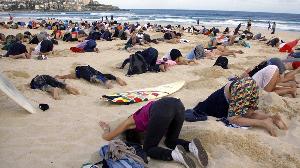 Περίπου 400 άτομα έθαψαν το κεφάλι τους στην άμμο σε παραλία της Αυστραλίας θέλοντας να δώσουν στην κυβέρνηση το μήνυμα ότι εθελοτυφλεί απέναντι στο πρόβλημα της περιβαλλοντικής μόλυνσης.