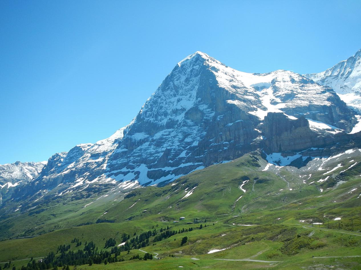 EIGER. Ένα όνομα για ένα βουνό του οποίου η βόρεια πλευρά εξασκεί μια αληθινή γοητεία πάνω σε όλους τους ορειβάτες. Είναι συνδεδεμένη με κινδύνους, δυσκολίες, αποτυχίες, θανάτους. Είναι εξίσου συνώνυμη με την επιτυχία και την αποτυχία. Αυτή η κάθετη πλευρά ύψους 1.700 μέτρων στον παρατηρητή παρουσιάζεται σκοτεινή, δυσοίωνη και εχθρική. Το καλοκαίρι, όταν οι χιονούρες είναι βρώμικες και τα βράχια μαύρα από τα νερά, είναι άσχημη και απωθητική. Γίνεται προκλητική στο τέλος του Φθινοπώρου όταν οι καταρράκτες έχουν σκληρύνει και ένα πρώτο χιόνι έχει πέσει επάνω της. Καμιά άλλη κορφή των Άλπεων δεν έχει γίνει επίκεντρο τόσων συζητήσεων και γραπτών περιγραφών.