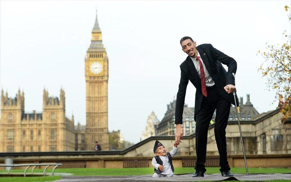 Ο Νεπαλέζος Chandra Bahadur Dangi (αριστερά) και ο Τούρκος Sultan Kosen κατά τη διάρκεια φωτογράφησης για το Guinness World Records στο Λονδίνο. Ο Dangi, με ύψος 54,6 εκατοστά, θεωρείται ο πιο κοντός άνθρωπος στον κόσμο, ενώ ο Kosen, με ύψος 2, 51 μέτρα, είναι ένας Τούρκος αγρότης που έχει μπει στο βιβλίο Guinness World Records ως ο ψηλότερος άνθρωπος στον κόσμο.