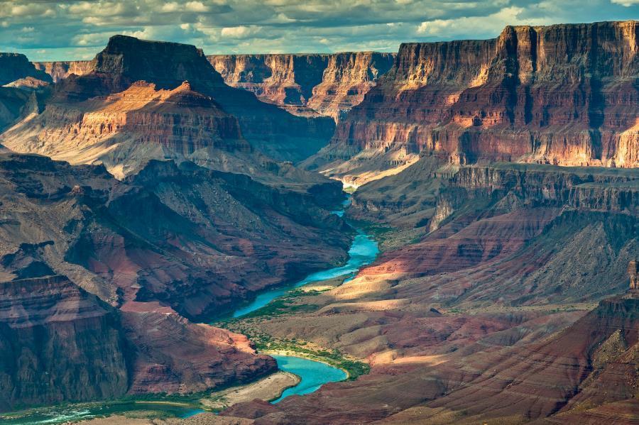 Εντυπωσιακή φωτογραφία από το το Γκραν Κάνυον, το μακρύ φαράγγι που σμιλεύτηκε από τον ποταμό Κολοράντο και βρίσκεται στην πολιτεία της Αριζόνα των Ηνωμένων Πολιτειών Αμερικής.