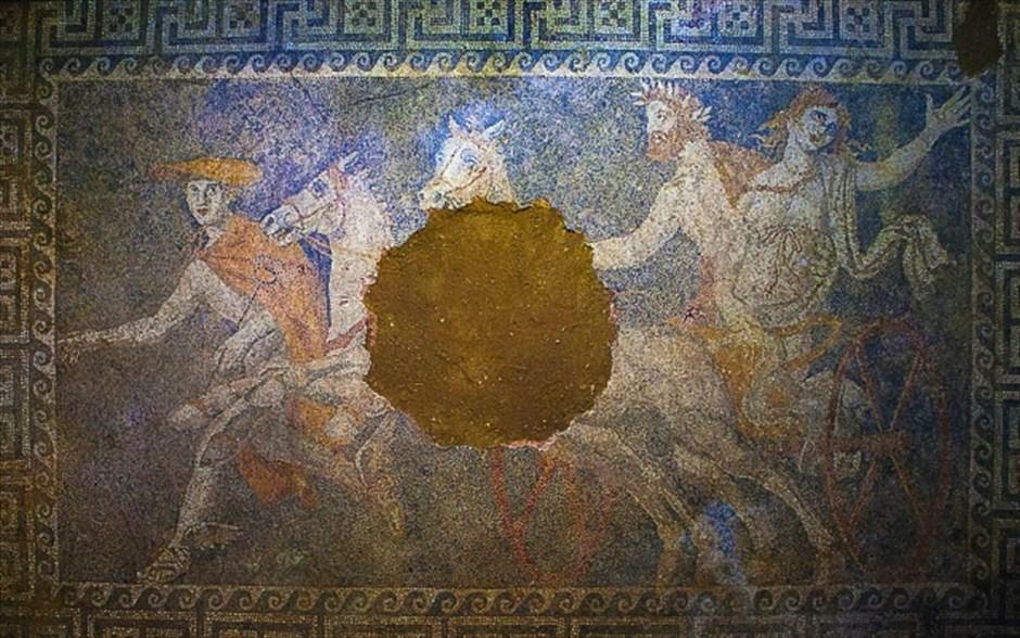 Αποκαλύφθηκε η τρίτη μορφή που συνθέτει το ψηφιδωτό του μνημείου της Αμφίπολης. Πρόκειται για γυναικεία νεανική μορφή, η οποία φοράει λευκό χιτώνα που συγκρατείται με κόκκινη λεπτή ταινία στο ύψους του στήθους.  Είναι προφανές ότι πρόκειται για την μυθολογική παράσταση της αρπαγής της Περσεφόνης από τον Πλούτωνα, με την παρουσία του θεού Ερμή ως ψυχοπομπού, όπως είθισται σε ανάλογες αναπαραστάσεις. Οι διαστάσεις του ψηφιδωτού δαπέδου είναι 4,5Χ3. Η ανασκαφική εργασία στον λόφο Καστά συνεχίζεται, από την ΚΗ Εφορεία Προϊστορικών και Κλασικών Αρχαιοτήτων.