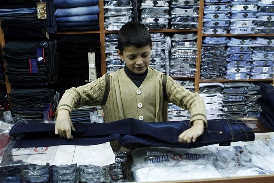 Ο εντεκάχρονος Χαμουντέ Καρτού εργάζεται σε κατάστημα ρούχων στο Σουρούτς, όπου πληρώνεται 20 τουρκικές λίρες (7 ευρώ) την εβδομάδα. Επρόκειτο να ξεκινήσει την πέμπτη τάξη του δημοτικού στο Κομπάνι, όταν αναγκάστηκε να φύγει με την οικογένειά του για την Τουρκία. Ο πατέρας του, μηχανικός στο επάγγελμα, είναι άνεργος και ο Χαμουντέ με τα αδέρφια του εργάζονται, ώστε να καλύψουν τα έξοδα του ενοικίου του νέου τους σπιτιού στο Σουρούτς.