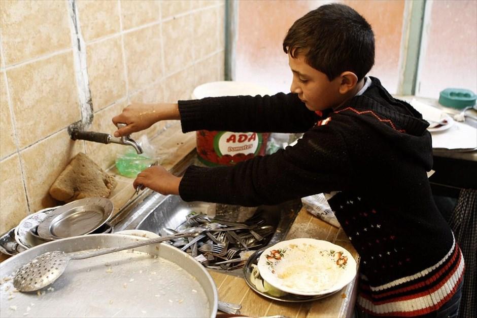 Ο δεκατετράχρονος Μάιρ Μουσταφά πλένει πιάτα στην κουζίνα εστιατορίου στο Σουρούτς. Ο Μάιρ εργάζεται 7-12 ώρες την ημέρα στο εστιατόριο, κερδίζοντας 20 τουρκικές λίρες (7 ευρώ) την εβδομάδα. Οι βασικές του αρμοδιότητες αφορούν στην καθαριότητα και στο σερβίρισμα. Όνειρό του να πάει στο πανεπιστήμιο, ώστε να γίνει φαρμακοποιός.