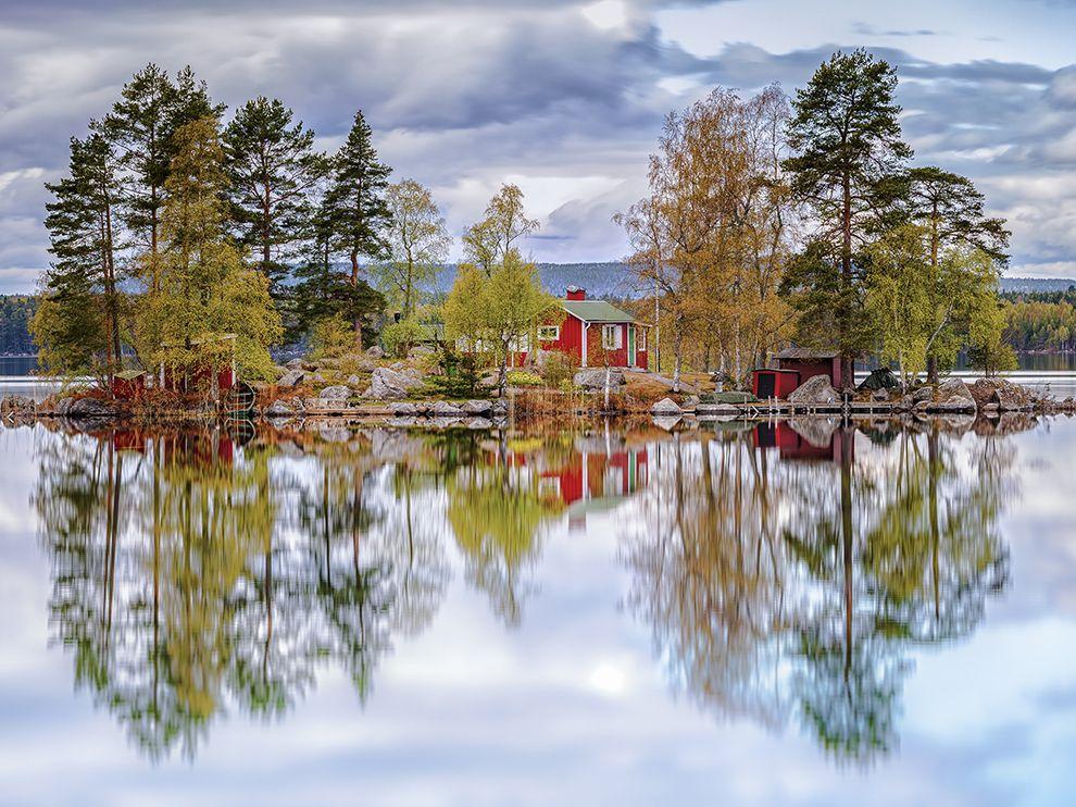 Αντανάκλαση σε λίμνη της Σουηδίας.