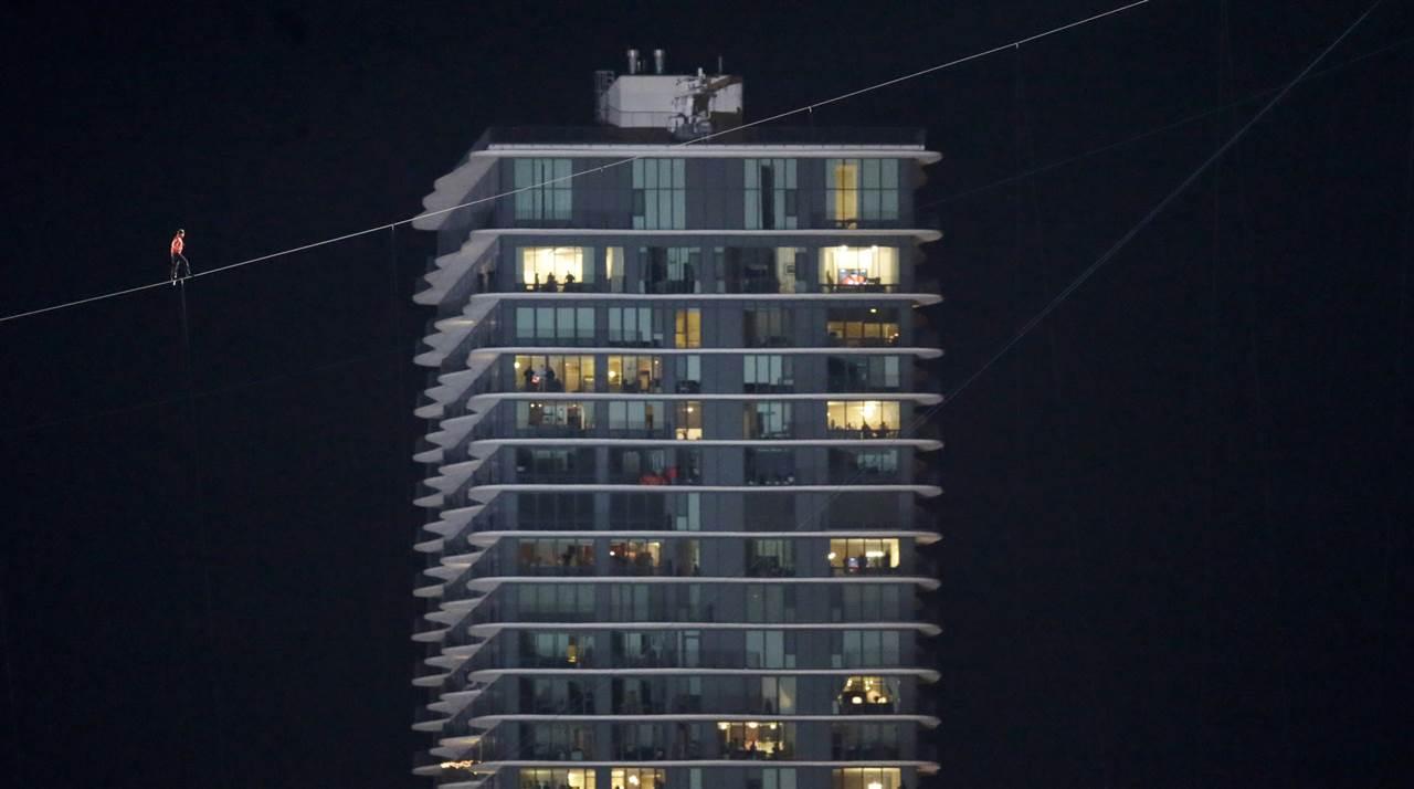Ο παράτολμος ακροβάτης Nik Wallenda περπατά κατά μήκος ενός τεντωμένου σχοινιού ανάμεσα σε δύο ουρανοξύστες, 152,4 μέτρα πάνω από τον ποταμό του Σικάγο, στο Ιλλινόις. Από κάτω του δεν υπήρχε δίχτυ ασφαλείας, ενώ ο ίδιος δεν φορούσε τους ειδικούς ιμάντες που θα του παρείχαν την απαραίτητη προστασία σε ενδεχόμενη πτώση.