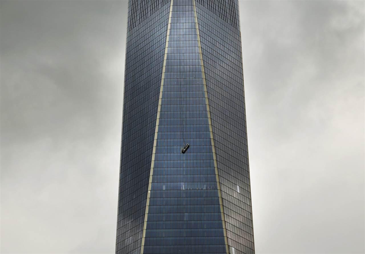 Τραγικές στιγμές έζησαν δυο εναερίτες υαλοκαθαριστές οι οποίοι παγιδεύτηκαν στον 69ο όροφο του ψηλότερου ουρανοξύστη της Νέας Υόρκης και του Δυτικού κόσμου, όταν έσπασαν τα συρματόσχοινα που συγκρατούσαν την ειδική σκαλωσιά στη μία της πλευρά. Οι καθαριστές κρεμόντουσαν επί δύο ώρες σε ύψος 240 μέτρων, με τους ανέμους να πνέουν με ταχύτητα περίπου 11 χιλιομέτρων ανά ώρα. Οι διασώστες που έσπευσαν στο Οne World Trade Center για να σώσουν τους δυο εργαζόμενους, άνοιξαν μια τρύπα σε ένα παράθυρο και τράβηξαν τους δυο άντρες στο εσωτερικό.