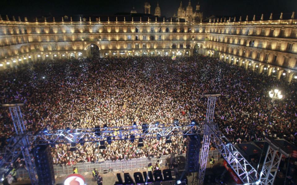 Η πρώτη πρωτοχρονιά. Την έλευση του νέου έτους γιόρτασαν περίπου 45.000 φοιτητές στην Plaza Mayor της Salamanca στην Ισπανία. Σύμφωνα με την παράδοση της περιοχής, οι φοιτητές γιορτάζουν το νέο έτος με το κλείσιμο των πανεπιστημίων όταν το ημερολόγιο δείχνει 11 του Δεκέμβρη. EPA/JMGARCIA
