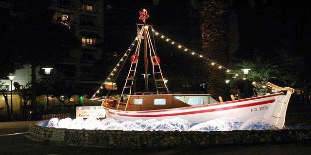 Στολισμένο καράβι στον Πειραιά, από προηγούμενα Χριστούγεννα.