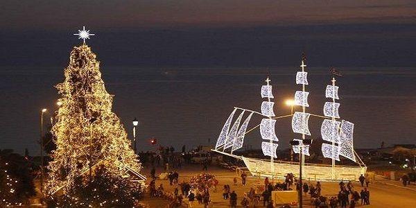 Το παραδοσιακό καράβι και το πιο σύγχρονο δέντρο συνυπάρχουν αρκετές φορές σε ελληνικές πλατείες.