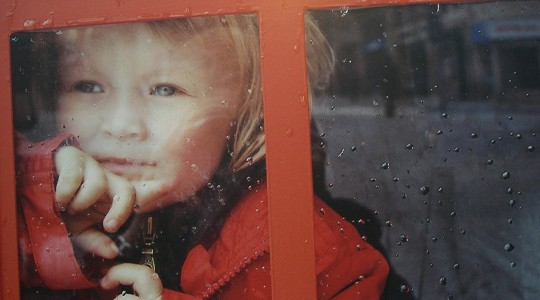 """Η θλίψη """"κυκλοφορεί' στους δρόμους μαζί με τις χριστουγεννιάτικες επιγραφές."""