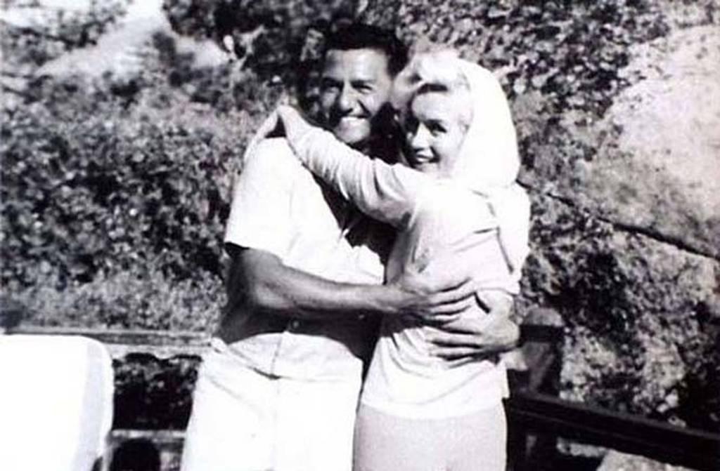 Η Marilyn Monroe ποζάρει χαρούμενη αγκαλιά με τον αγαπημένο της φίλο, Buddy Greco, μόλις πέντε ημέρες πριν βρεθεί νεκρή, στις 5 Αυγούστου 1962.