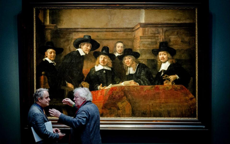 Όταν η δράση μεταφέρεται εκτός του πίνακα. Με ζωντάνια συνομιλούν οι δυο επισκέπτες της έκθεσης «Late Rembrandt» στο Rijksmuseum του Άμστερνταμ. Να διαφωνούν αν οι πρώιμοι πίνακες είναι πιο ζωντανοί και οι ώριμοι πιο ισορροπημένοι; Άγνωστο, έστω και αν όλοι οι πρωταγωνιστές του «The Steelmasters» τους παρακολουθούν με ενδιαφέρον. Η έκθεση με τα τελευταία έργα του Rembrandt θα συνεχιστεί μέχρι τις 17 Μαίου.EPA/ROBIN VAN LONKHUIJSEN