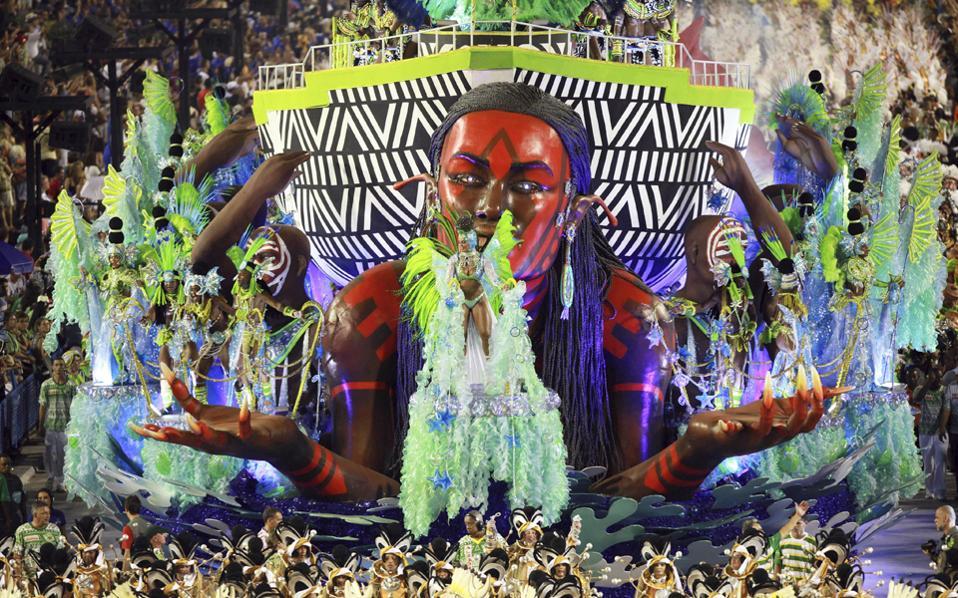 Φαντασμαγορικό και χρωματιστό και φέτος είναι το διάσημο καρναβάλι του Ριο Ντε Τζανέιρο.