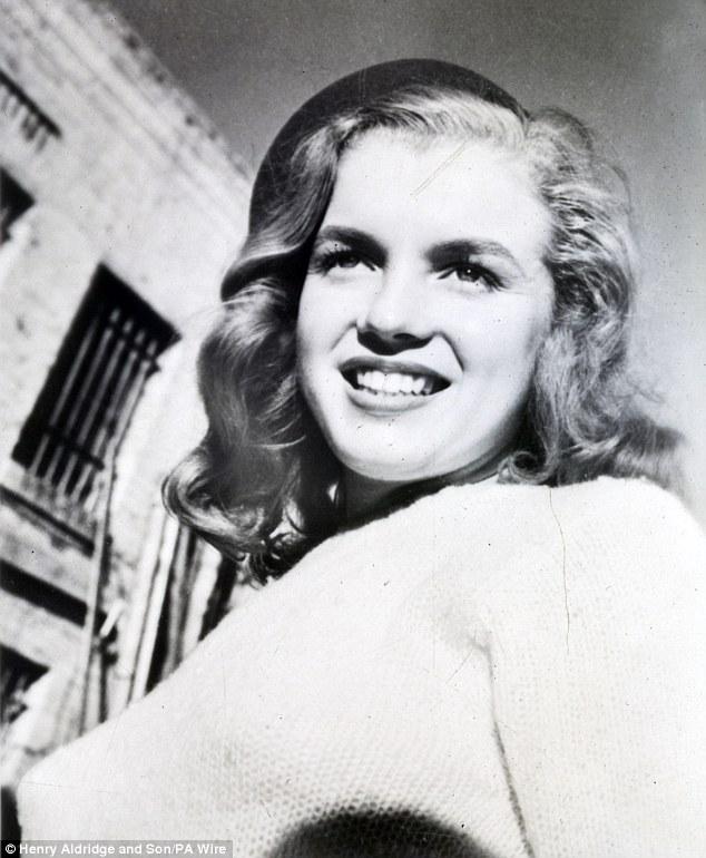Η πρώτη φωτογραφία της Μέριλιν Μονρόε που έβγαλε με τον Jasgur, πωλήθηκε την προηγούμενη εβδομάδα σε δημοπρασία στο Henry Aldridge and Son στο Wiltshire προς 3.100 λίρες ενώ αρχικά υπολόγιζαν πως δε θα ξεπεράσει τις 2.000. Όπως φαίνεται, όσα χρόνια κι αν περάσουν, η Marilyn δεν ξεθωριάζει. Η ιστορία είναι η εξής: Το 1946 το πρακτορείο Blue Book συνεργάστηκε με τον φωτογράφο Joseph Jasgur για να φωτογραφίσει ανερχόμενα μοντέλα κι ανάμεσα στους ήταν και μία 19χρονη με το όνομα Norma Jeane Dougherty. Τότε ο Jasgur την έβγαλε μια βιαστική φωτογραφία με μία Rolleiflex σ' έναν δρόμο πίσω από την Beverly Boulevard και όταν τελείωσαν, η κοπέλα πήγε σ ένα κοντινό diner για χάμπουργερ και τηγανητές πατάτες χωρίς να ξέρει πως σε λίγο θα γίνει μία από τις μεγαλύτερες σταρ όλων των εποχών. Από αυτή τη λήψη και μετά ξεκίνησε η φωτογραφική τους ιστορία. Ακολούθησαν πολλές φωτογραφήσεις μπροστά από τον φακό του με την πιο διάσημη εκεί την κλασσική εικόνα της με το μαγιό στην παραλία Zuma. Εκείνη την περίοδο παρουσίασε το Portfolio του νεαρού μοντέλου που είχε όνειρο να γίνει ηθοποιός, στον υπεύθυνο casting της 20th Century Fox, Ben Lyon, εκείνος την προσέλαβε και της άλλαξε το όνομα της σε Marilyn Monroe.