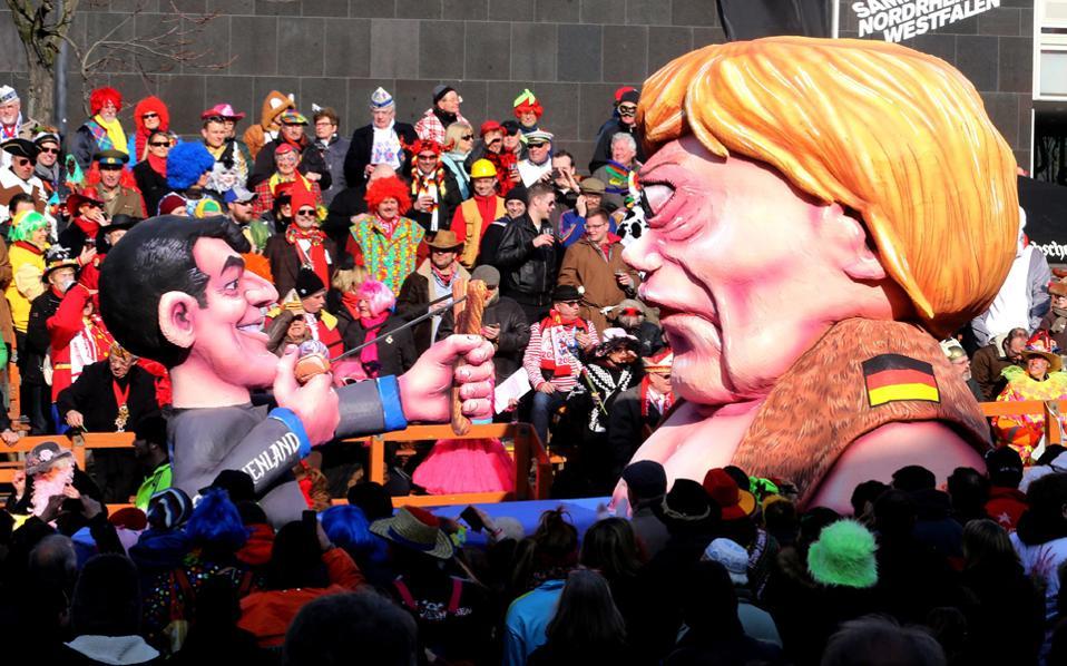 Μέρκελ και Τσίπρας στο καρναβάλι του Ντίσελντορφ. Με ένα καρναβάλι με πολιτικό θα έλεγε κανείς περιεχόμενο πρωταγιστές ήταν ο Βλαντιμίρ Πούτιν, το Ισλαμικό Κράτος και η Αλ κάιντα με μορφή σκελετών και δίνουν τα χέρια, αλλά και ο Πάπας Φραγκίσκος. EPA/ROLAND WEIHRAUCH