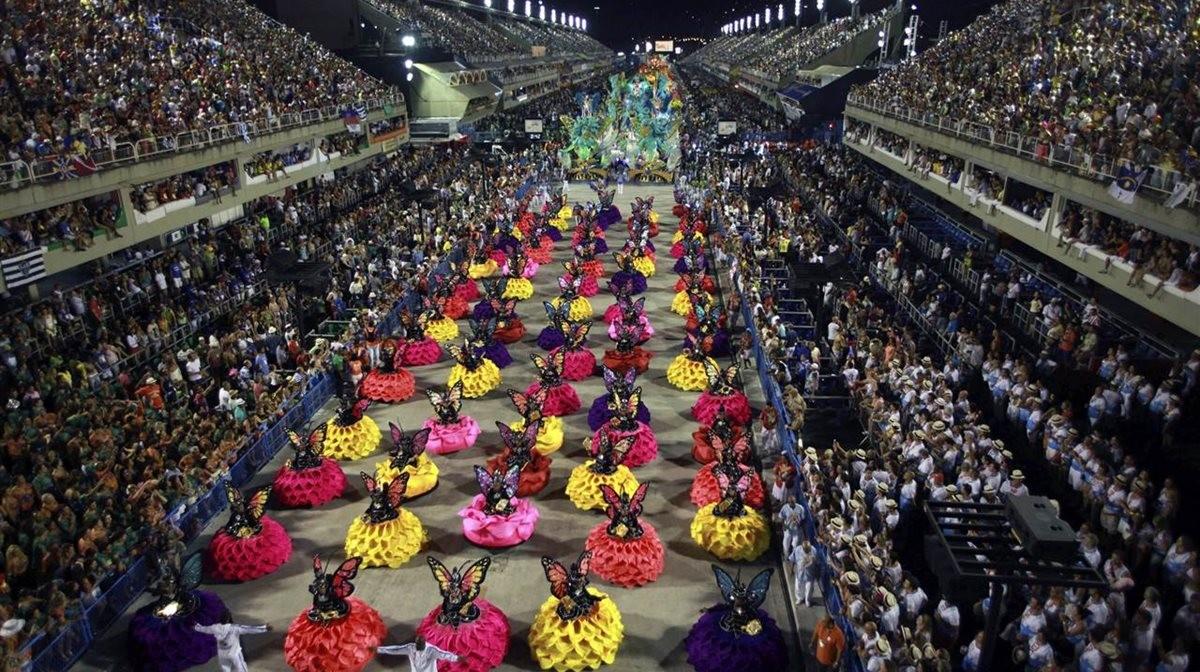 Τα μέλη της ομάδας σάμπα Uniao da Ilha παρελαύνεουν στο Καρναβάλι του Ρίο ντε Τζανέιρο, στο Sambodromo. Δεκάδες ομάδες σάμπα ετοιμάζονται κάθε χρόνο στις γειτονιές της Βραζιλίας για να πάρουν μέρος στο πιο φημισμένο καρναβάλι του κόσμου.