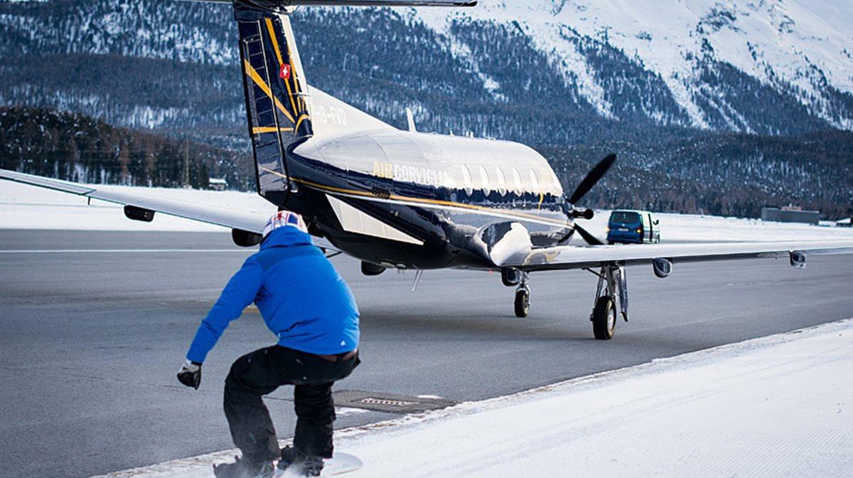 Ο Βρετανός Jamie Barrow είναι ο πρώτος snowboarder που ρυμουλκείται από εμπορικό αεροπλάνο και φτάνει την ταχύτητα των 125,5 χλμ./ώρα. Η μοναδική προσπάθεια έγινε στο αεροδρόμιο του χειμερινού θερέτρου στο St Moritz.