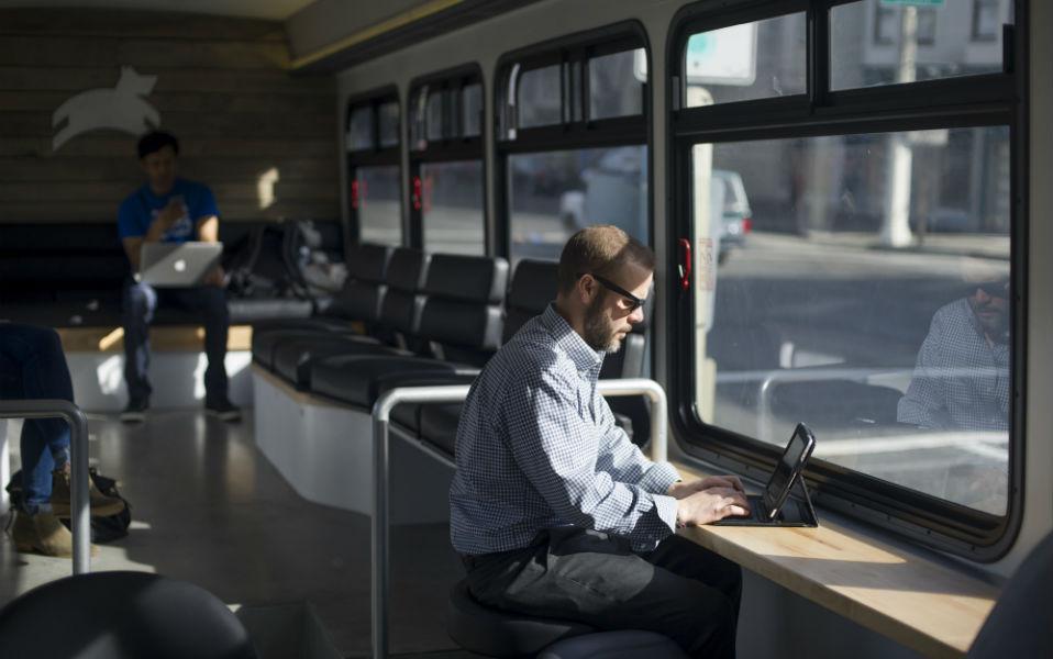 Τα λεωφορεία του μέλλοντος. Χωρίς πολυκοσμία, με wi-fi, θέσεις εργασίας για laptop, άνετα καθίσματα και σκανάρισμα του εισιτηρίου από το i-phone, είναι κάποια από τα χαρακτηριστικά της νέας γραμμής λεωφορείων Leap Transit. Η εταιρία έχει ένα στόλο από καινούργια οχήματα που κινούνται με φυσικό αέριο και προσφέρει στους κατοίκους του San Francisco μια καινούργια εμπειρία για τα μέσα μαζικής μεταφοράς , χωρίς όμως να διευκρινίζει με ποιό κόστος. AFP PHOTO/JOSH EDELSON