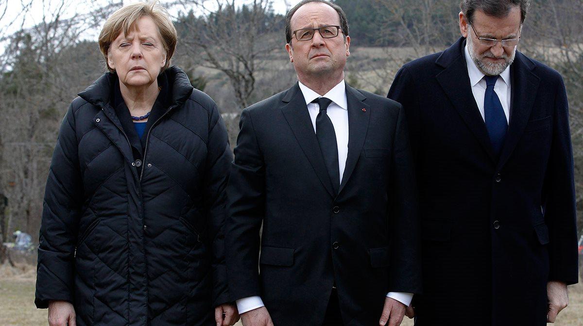 Άνγκελα Μέρκελ (με κλειστά τα μάτια), Φρανσουά Ολάνταντ και Μαριάνο Ραχόι (με σκυμμένο το κεφάλι), εμφανώς συντετριμένοι, αποδίδουν το δικό τους φόρο τιμής στα θύματα της αεροπορικής τραγωδίας. Οι ηγέτες της Γερμανίας, της Γαλλίας και της Ισπανίας βρέθηκαν στον τόπο της τραγωδίας, ενημερώθηκαν για την πρόοδο των ερευνών και εξέφρασαν και από εκεί τη θλίψη αλλά και τη συμπαράστασή τους στους οικείους των θυμάτων.