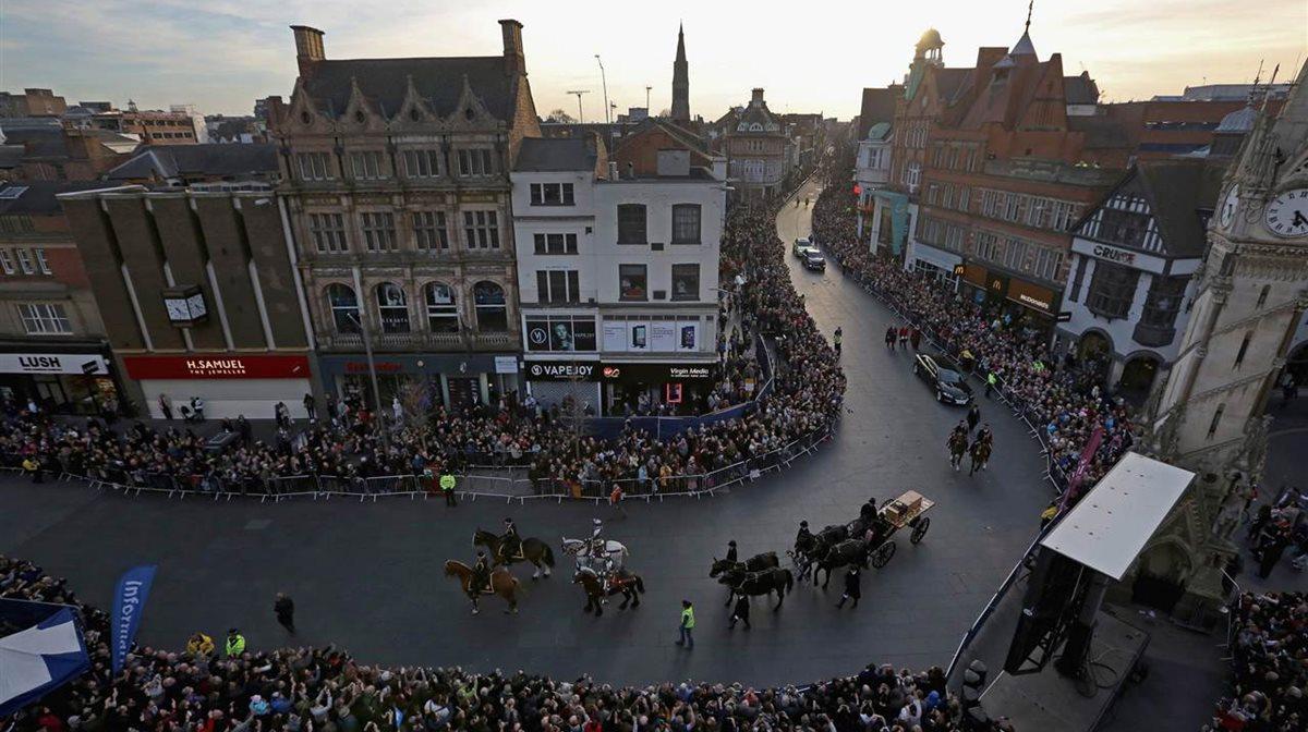 Περισσότερα από 500 χρόνια μετά το θάνατό του, πλήθη κόσμου συγκεντρώθηκαν στους δρόμους στο Leicester στην Αγγλία για να δουν την επίσημη πομπή που μετέφερε τα λείψανα του Βασιλιά Ριχάρδου του 3ου στον καθεδρικό ναό του Λέστερ όπου θα παραμείνουν έως τις 26 Μαρτίου για να ταφούν στη συνέχεια παρουσία μελών της βασιλικής οικογένειας. Τα οστά Ριχάρδου ανακαλύφθηκαν το 2012 κάτω από ένα πάρκινγκ στα θεμέλια εκκλησίας.