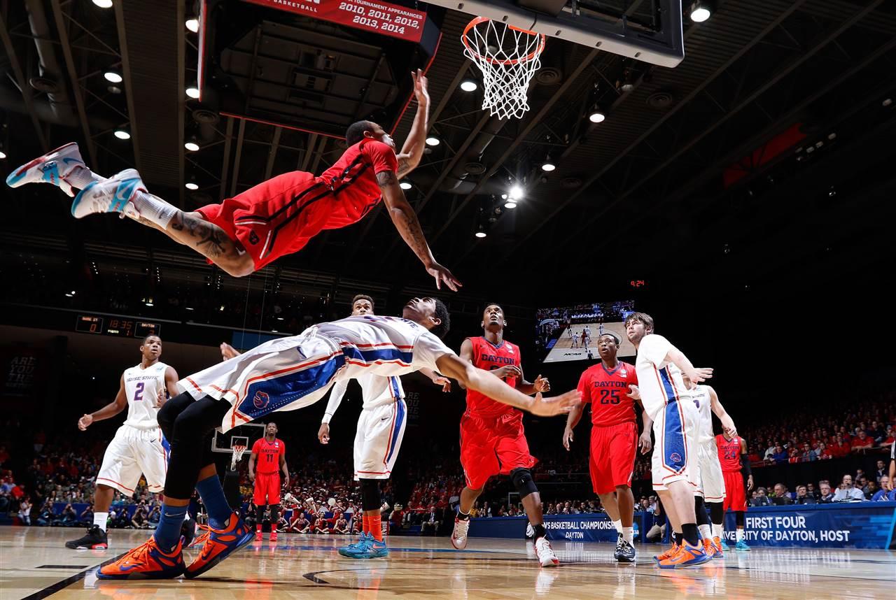 Εντυπωσιακό στιγμιότυπο από αγώνα του Το Αμερικανικου κολεγιακού πρωταθλήματος μπάσκετ NCAA . (@Joe Robbins )