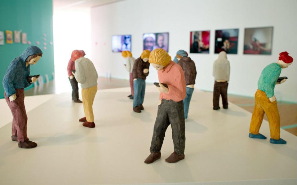 Κοινωνικά δίκτυα. Ήρθε η ώρα η τέχνη να αποτιμήσει την επιρροή του κινητού τηλεφώνου στην ζωή μας. Η έκθεση «'Hamster Hipster Handy. Under the Spellbound of the Mobile Phone» στο Μουσείο Εφαρμοσμένων Τεχνών της Φρανκφούρτης θα διαρκέσει μέχρι τις 5 Ιουλίου. Ένα από τα εκθέματα και το εικονιζόμενο γλυπτό με τίτλο «Social Network» του Γερμανού Peter Picciani. EPA/CHRISTOPH SCHMIDT
