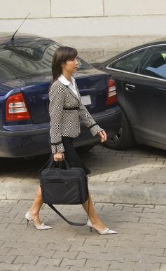 Προχωράει; Ή προχωράει προς το αυτοκίνητο της;