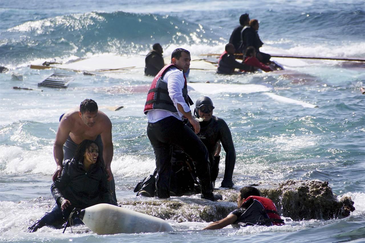 Επιχείρηση διάσωσης μεταναστών σε ναυάγιο στη Ρόδο. (@Eurokinissi / Reuters)
