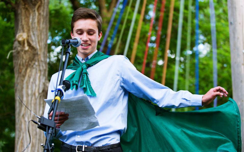Gay αποφοίτηση. Τον λόγο της τάξης του έβγαλε ο Evan Young, με περισσή ίσως χάρη στην διάρκεια της αποφοίτησης από το Twin Peak Charter School. Στον λόγο του ο έφηβος Εvan, βρήκε την αφορμή να ανακοινώσει και τον σεξουαλικό του προσανατολισμό, γεγονός που του στοίχισε την αποπομπή από το σχολείο. Το συμβάν έλαβε διαστάσεις μετά από εμπλοκή γερουσιαστών που ζητούν εξέταση της υπόθεσης ως διάκριση εναντίον του. Όμως, όπως ανακοίνωσε το σχολείο, το βήμα των αποχαιρετιστήριων λόγων των αποφοίτων δεν πρέπει να αφορά τις σεξουαλικές προτιμήσεις. (Jonathan Castner/The Daily Camera via AP)