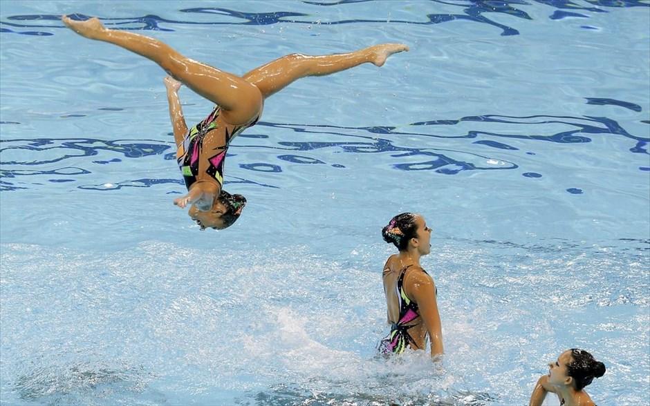 Στιγμιότυπο από τους αγώνες συγχρονισμένης κολύμβησης, κατά την διάρκεια των 28ων SEA Games που λαμβάνουν χώρα στη Σιγκαπούρη.