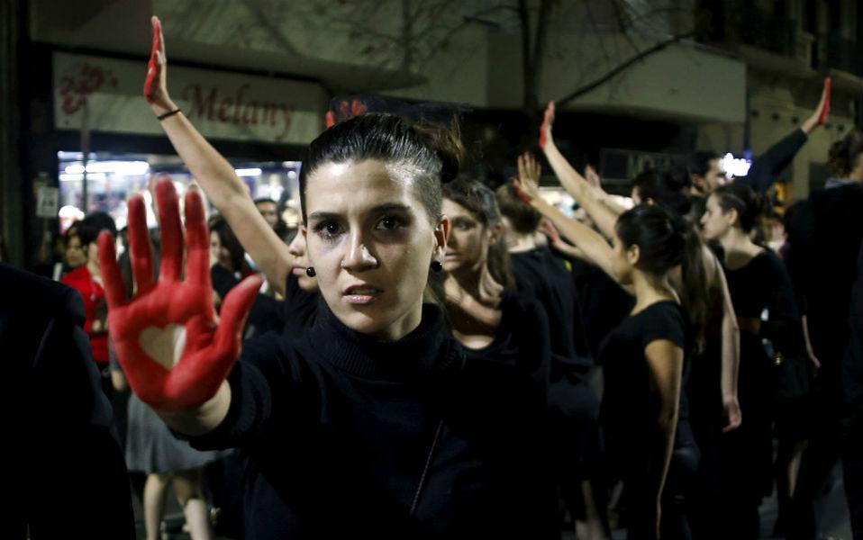 Μέχρι θανάτου. Η ενδοοικογενειακή βία στην Αργεντινή φτάνει τόσο συχνά στον θάνατο που έχουν ειδική λέξη για αυτό. Με τον όρο Femicides αναφέρονται στους φόνους γυναικών, συνήθως από το οικείο τους περιβάλλον. Από το 2008 έχουν αναφερθεί 1.808 θάνατοι και ελάχιστη προσπάθεια για την αλλαγή της κοινωνίας έτσι ώστε να αντιμετωπιστεί το πρόβλημα. Γι αυτό τον λόγο διαδήλωσαν γυναίκες και άνδρες στο Μπουένος Άιρες, με τα χέρια τους βαμμένα κόκκινα και σύνθημα «ούτε μια λιγότερη». REUTERS/Marcos Brindicci