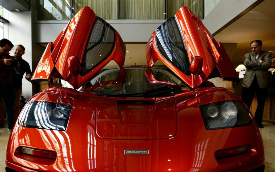 Δημοπρασίες έργων τέχνης. Τον Αύγουστο θα δημοπρατηθεί το εικονιζόμενο αριστούργημα στην Καλιφόρνια. Η McLaren F1 του 1998 είναι ένα από τα 63 οχήματα που κατασκευάστηκαν ποτέ και η τιμή πώλησή της θα φτάσει τουλάχιστον τα 12 εκατομμύρια δολάρια. EPA/JUSTIN LANE