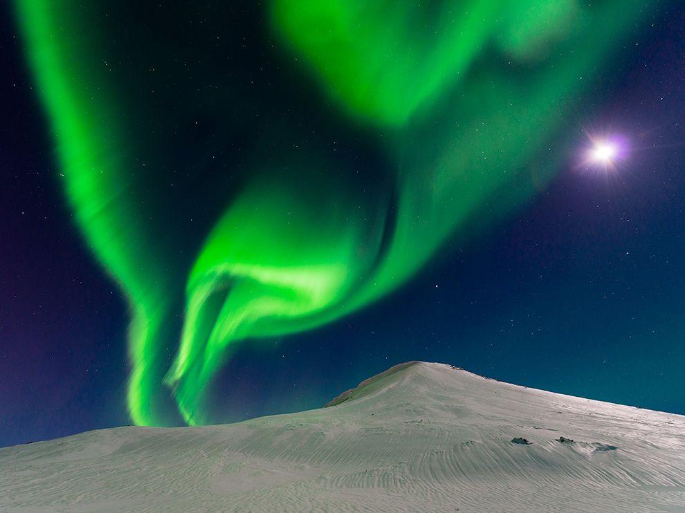 Το βόρειο σέλας μοιράζεται τον ουρανό με το φεγγάρι. Ισλανδία, @Andrew George