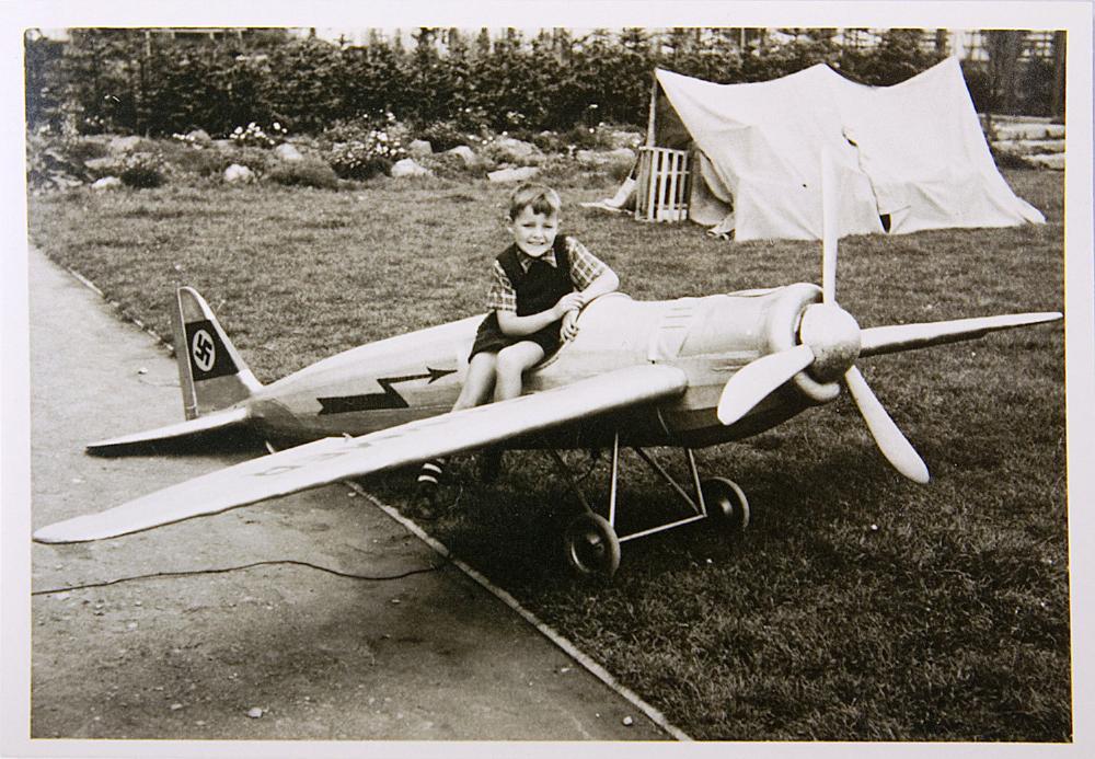 Ο πατέρας του Rainer Höß παίζει με ναζιστικό αεροπλάνο που φτιάχτηκε από κρατουμένους στο Άουσβιτς όταν ήταν παιδί