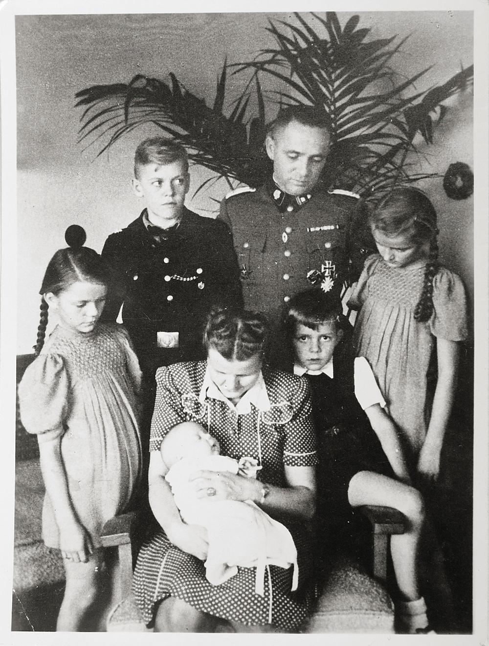 Ο Rudolf Höß με την οικογένειά του