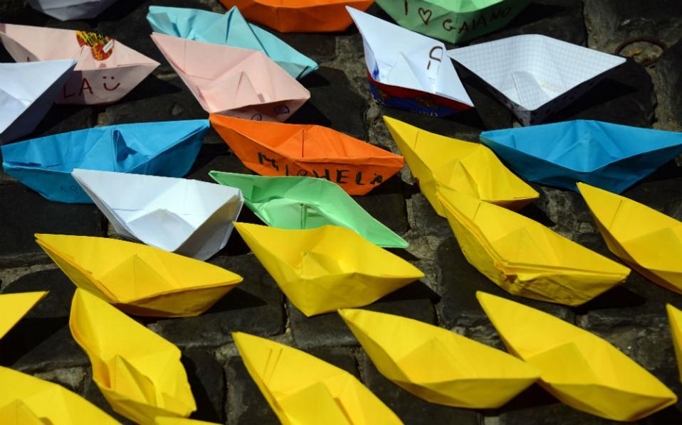 Πολύχρωμα καραβάκια. Περίπου 1.700 χάρτινα καραβάκια απλώθηκαν μπροστά από το Πάνθεον στην Ρώμη. Η εκδήλωση που διοργάνωσε η Διεθνής Αμνηστία είχε σκοπό να ευαισθητοποιήσει όλη την Ευρώπη για το θέμα των προσφύγων που διασχίζουν την Μεσόγειο αλλά και να παραδοθούν οι 50.000 υπογραφές που έχουν συλλεγεί για αυτόν τον σκοπό, στον Ιταλό πρωθυπουργό. AFP PHOTO / GABRIEL BOUYS