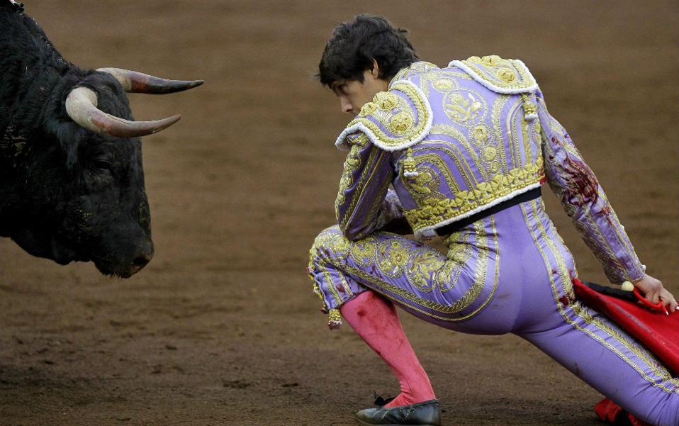 Αβρότητες. Κατάματα κοιτά τον ταύρο ο Γάλλος Sebastian Castella στην διάρκεια της δεύτερης ταυρομαχίας του, σε μια κίνηση που θέλει να δείξει το θάρρος και (κάποιον ίσως) σεβασμό στο ζώο. Όπως και να έχει, η θεατρική αβρότητα είχε μόνο σκοπό το κοινό του στο Santiago Fair στην Ισπανία, λίγο πριν του δώσει το χαριστικό χτύπημα. EPA/ESTEBAN COBO