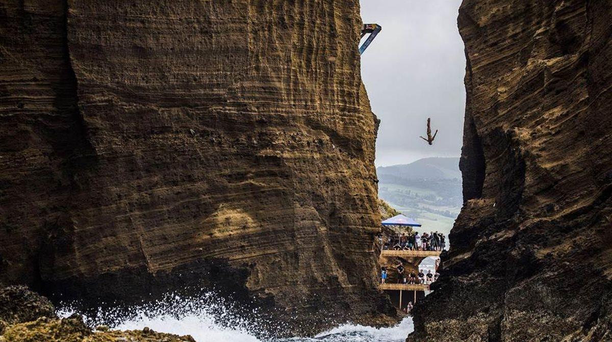 Ο Μεξικανός Jonathan Paredes πραγματοποιεί κατάδυση από τα 27 μέτρα στη διάρκεια του 5ου γύρου του Red Bull Cliff Diving στην Πορτογαλία. Πρόκειται για ένα από τα πιο θεαματικά αλλά και πιο ριψοκίνδυνα αθλήματα που συγκεντρώνουν πλήθος κόσμου.