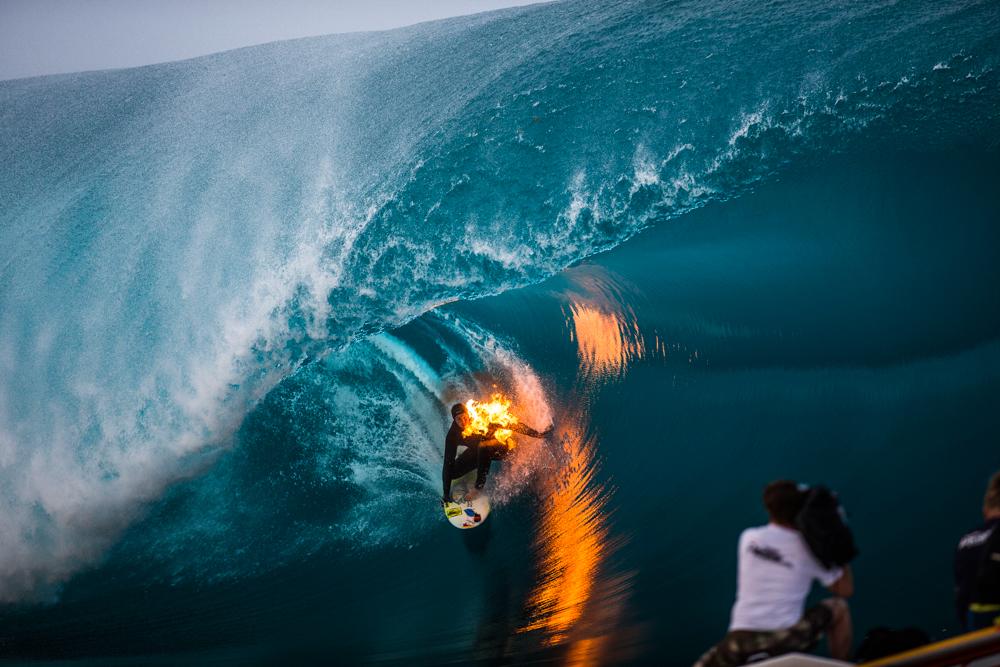 Ο επαγγελματίας σέρφερ Jamie O'Brien έβαλε φωτιά στον εαυτό του και... καβάλησε ένα από τα μεγαλύτερα κύματα του κόσμου στην Ταϊτή. /Red Bull/SIPA/REX