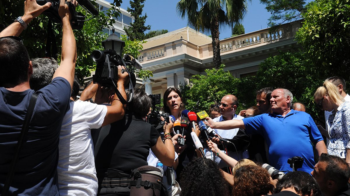 Δύο ώρες μετά την είσοδό της στο Μέγαρο Μαξίμου η πρόεδρος της Βουλής εξέρχεται από το πρωθυπουργικό γραφείο και οι δημοσιογράφοι σπρώχνονται για να πάρουν το καλύτερο δυνατό πλάνο.