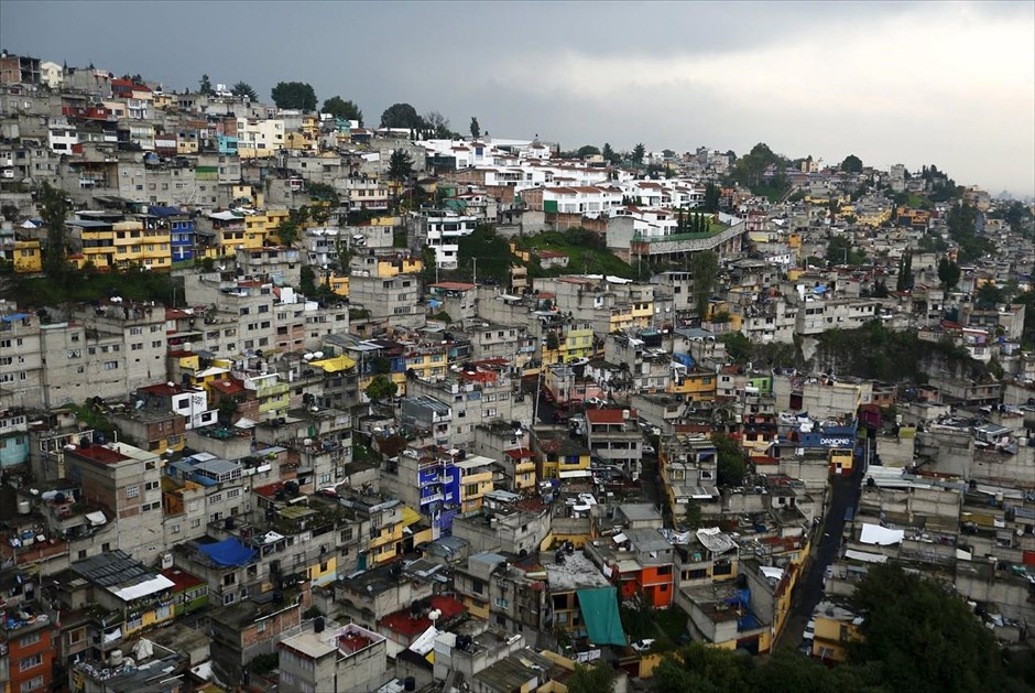 Άποψη γειτονιάς της πόλης του Μεξικού, στην οποία ζουν κυρίως άνθρωποι με χαμηλά εισοδήματα. Το ποσοστό φτώχειας στη χώρα αυξήθηκε κατά 0,7% το 2014 σε σχέση με το 2012, αγγίζοντας το 46,2%, το οποίο αντιστοιχεί σε 55,3 εκατ. από τους σχεδόν 120 εκατ. κατοίκους της χώρας.