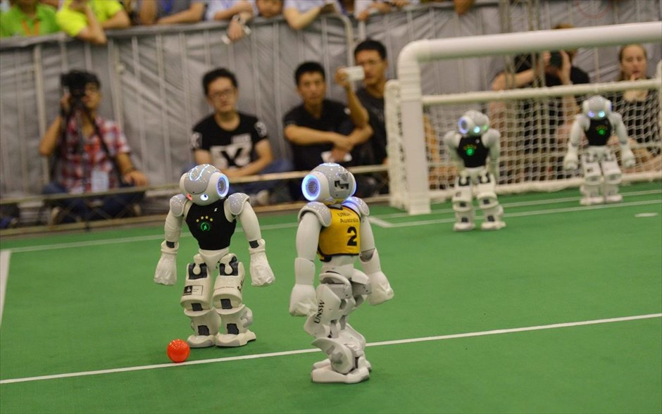 Τα ρομπότ της ομάδας UNSW της Αυστραλίας και της ομάδας B-Human της Γερμανίας συμμετέχουν στο πρωτάθλημα ποδοσφαίρου ρομπότ RoboCup 2015 στην πόλη Hefei της Κίνας.
