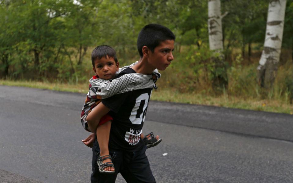Χρόνια αργότερα τα δυο αδέλφια θα διηγούνται την πορεία αυτή με δάκρυα στα μάτια. Τότε που ο μεγάλος αδελφός κουβάλησε για ολόκληρα χιλιόμετρα τον μικρό που δεν άντεχε πια τον ατέλειωτο δρόμο. Έχουν ξεκινήσει από το Αφγανιστάν, έχουν περάσει την Μεσόγειο, την Ελλάδα πιθανότατα, την Σερβία, την Ουγγαρία και θα συνεχίσουν. Έτσι χρόνια αργότερα όταν θα εξιστορούν την μικρή τους οικογενειακή οδύσσεια είναι πιθανό να την διηγηθούν στα ολλανδικά, αγγλικά ή σουηδικά. REUTERS/Laszlo
