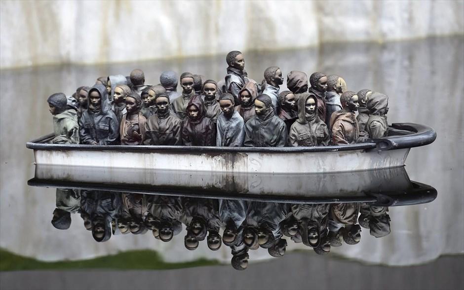 Ένα έργο τέχνης από τον καλλιτέχνη Μπάνκσι στο θεματικό πάρκο «Dismaland» στην νοτιοδυτική Αγγλία.