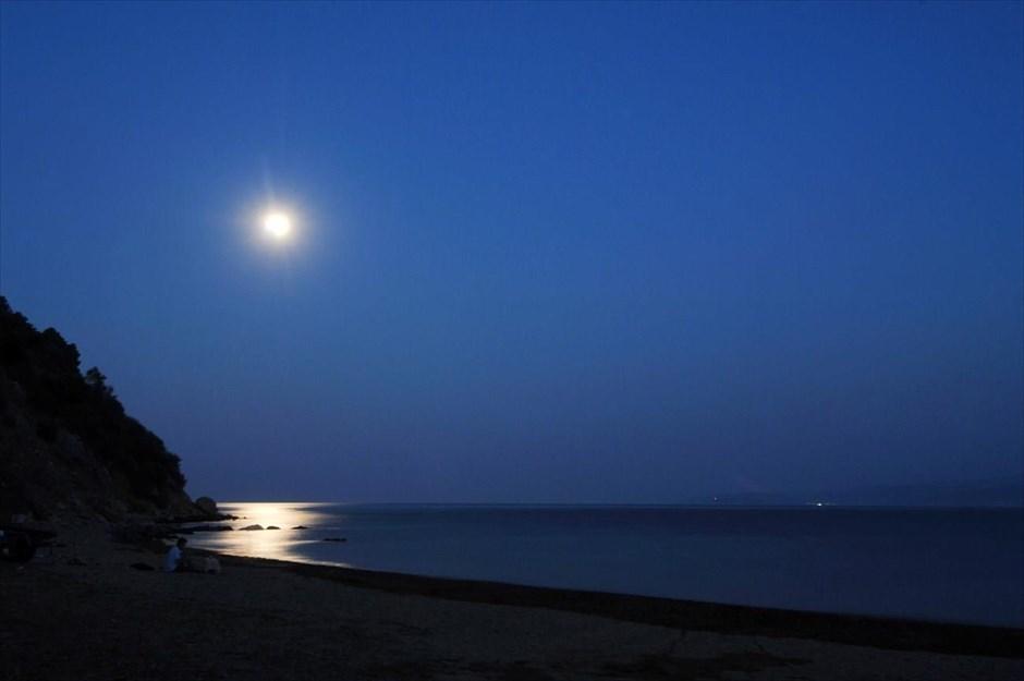Η πανσέληνος δεσπόζει πάνω από την θάλασσα, στον Πλατανιά Πηλίου.