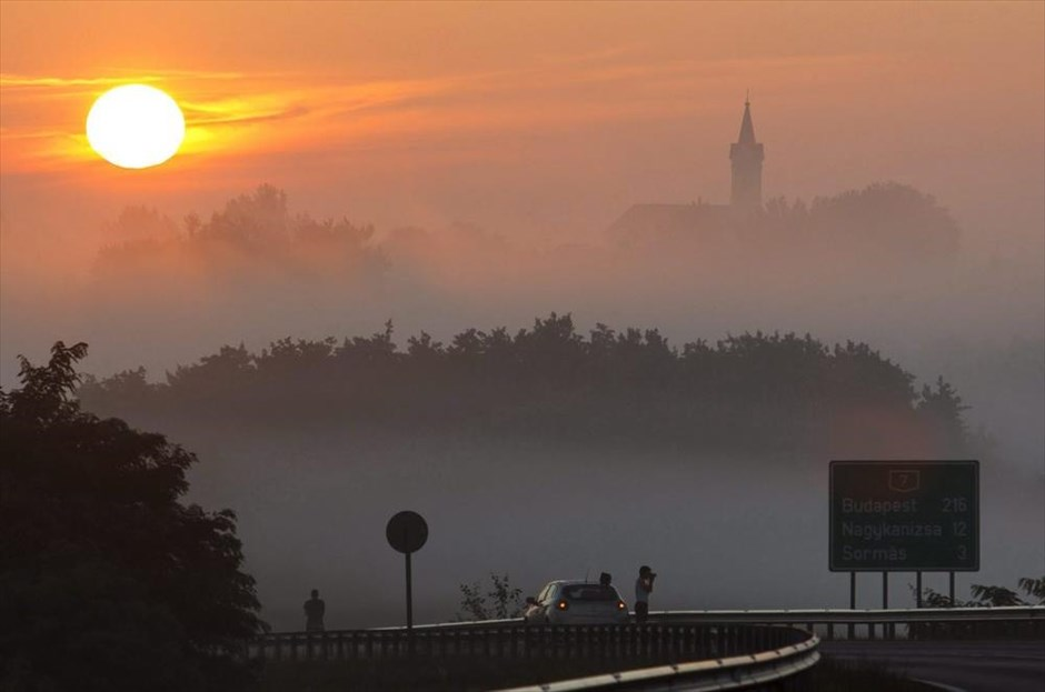 Ο ήλιος ανατέλλει στο χωριό Sormas, το οποίο βρίσκεται 212 χλμ. ανατολικά της Βουδαπέστης, στην Ουγγαρία.