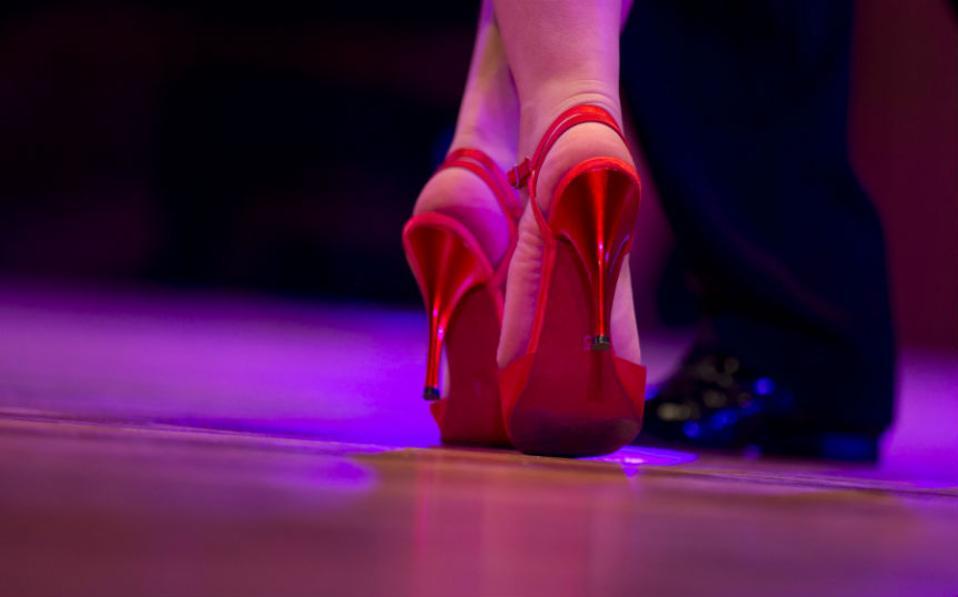 Διαγωνισμός ερωτισμού. Μαύρα φορέματα με ντεκολτέ και σκισίματα στα πόδια, διχτυωτά καλσόν , βλέμματα πάθους και ρυθμός από μπαντονεόν. Για άλλη μια φορά διεξάγεται στο Μπουένος Άιρες ο Παγκόσμιος Διαγωνισμός τάνγκο με την συμμετοχή ζευγαριών από 43 χώρες. (AP Photo/Natacha Pisarenko)