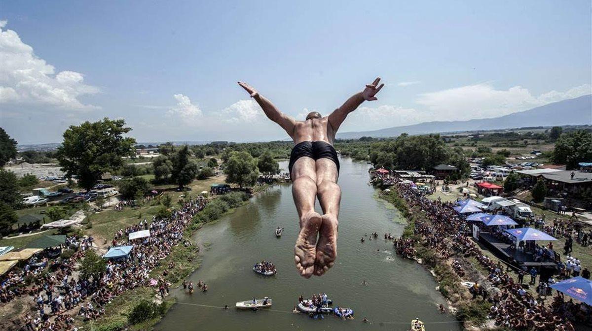 Από τα 22 μέτρα ύψος ένας ερασιτέχνης αθλητής της κατάδυσης πηδά από μια γέφυρα στην Gjakova στο Κόσοβο, στη διάρκεια παραδοσιακής γιορτής καταδύσεων